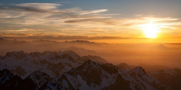 Les Pyrénées au couchant, vues depuis la plateforme ouest.
