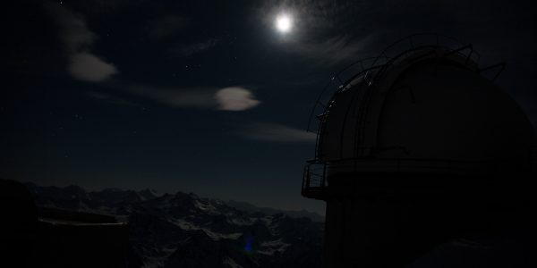 La lune et la coupole Charvin, dont le téléscope de 400 mm est à la disposition des visiteurs nocturnes.
