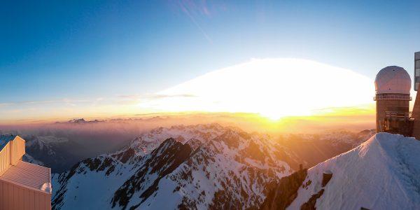 Panoramique au couchant. A droite, la coupole Bernard Lyot et son téléscope de 2 m.